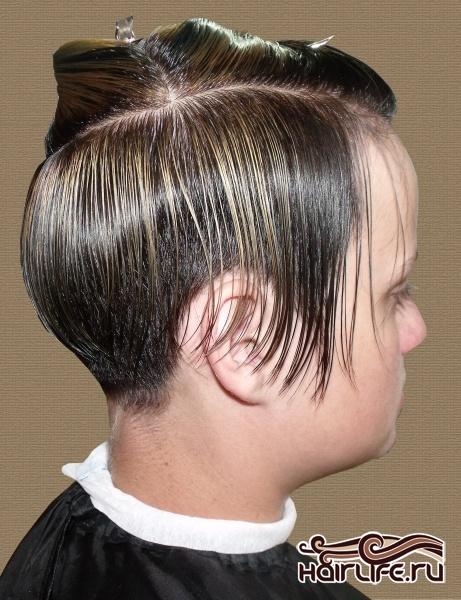 Из двух крайних верхних треугольных секций волосы отделяем тонкими горизонтальными проборами.