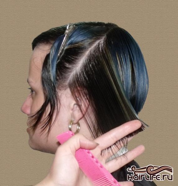 Оставшуюся треугольную зону слева делим диагональными проборами, оттягивая прядь волос назад, подстригаем, ориентируясь на длину предыдущей секции.