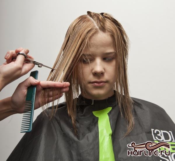 Каждую прядь глубоко простригаем, для создания эффекта коротких и длинных прядей.