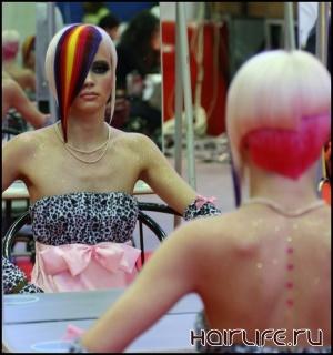 Демонстрация динамичного стиля парикмахерами на сцене СКК