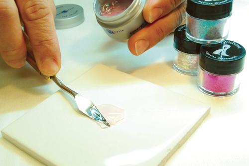 Наращивание ногтей гелем с дизайном блестками
