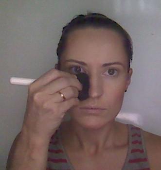3. Таким же способом корректируем форму носа, нанося вдоль крыльев носа темные штрихи.
