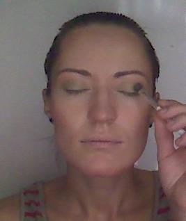 5. Теперь когда тон кожи выравнен, приступаем к оформлению глаз. На все подвижное веко наносим светло-зеленые тени, хорошо прокрашивая кажду складочку.